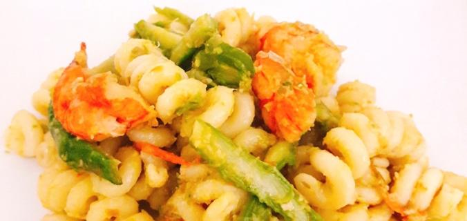Pasta al pesto di asparagi con gamberoni